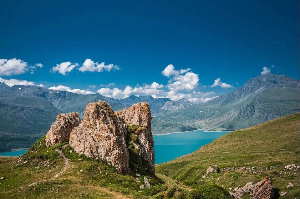 Eau turquoise du lac du Mont-Cenis en Savoie