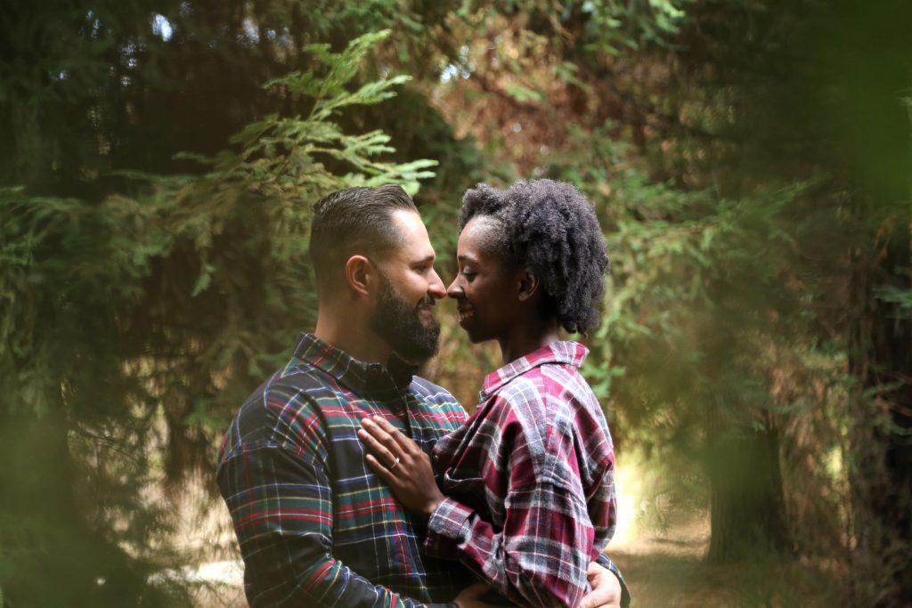 Un couple en train de s'embrasser
