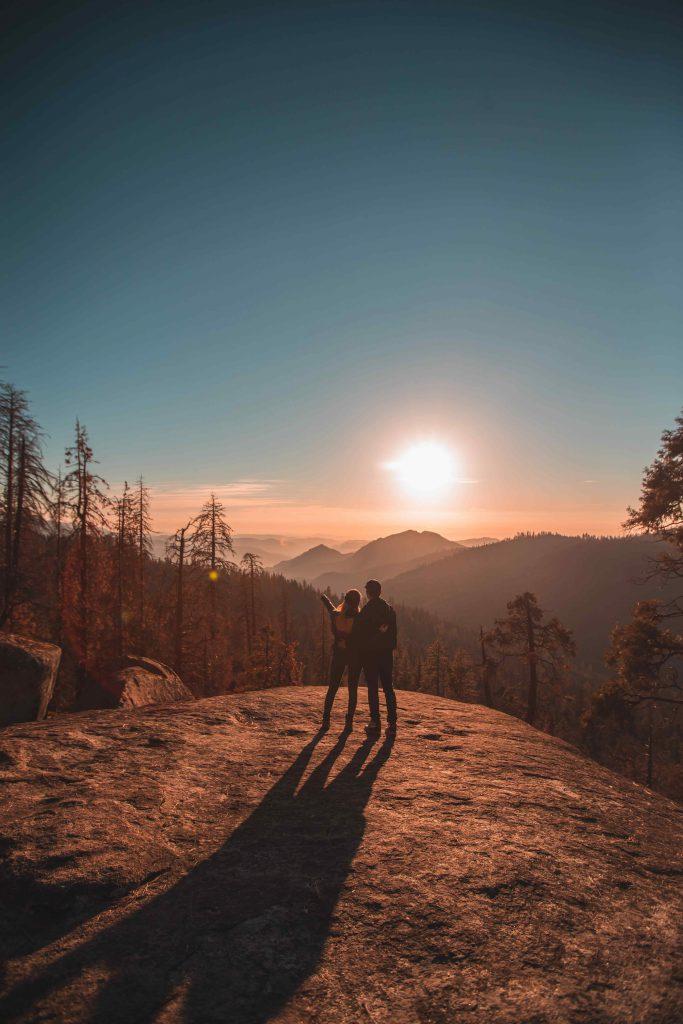 Un couple en randonnée à la montagne