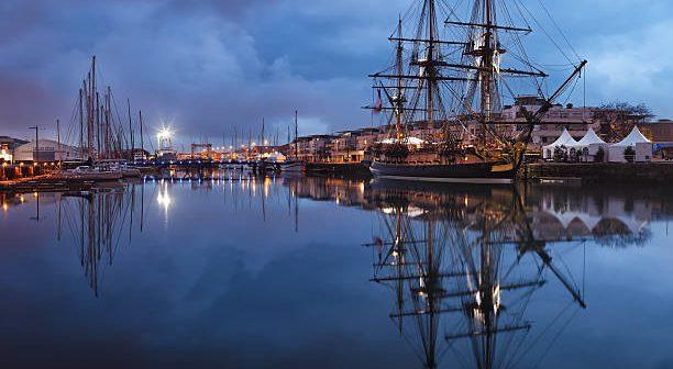 La frégate l'Hermione dans le port de La Rochelle