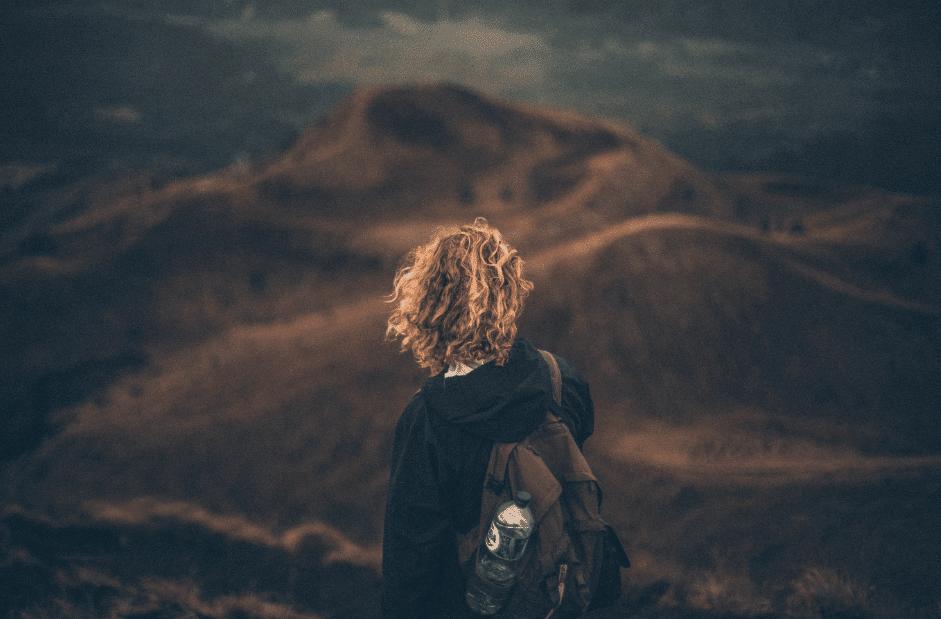 Femme de dos face à un paysage aride