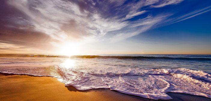 Vue d'une plage au soleil couchant