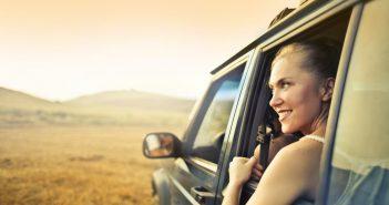 Femme à la fenêtre d'un van