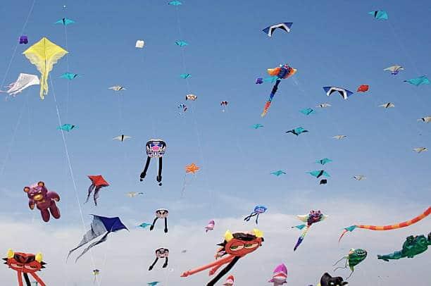 Plusieurs cerfs-volants colorés dans le ciel