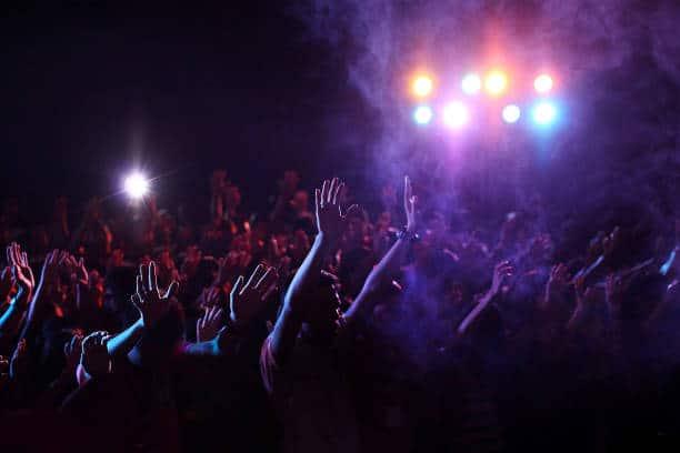 Le public qui tend les bras en l'air lors d'un festival de musique