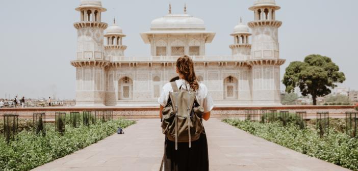 Jeune femme devant un temple indien