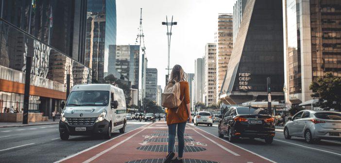 Une voyageuse dans une grande ville